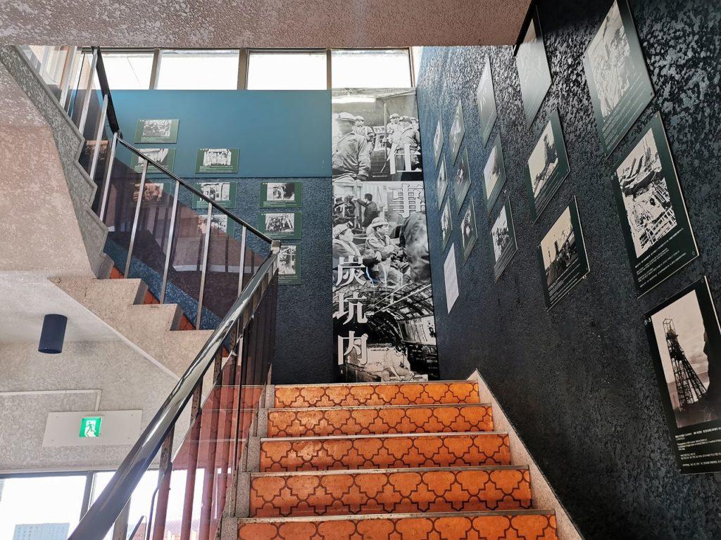 軍艦島展望台の階段に展示される写真パネル