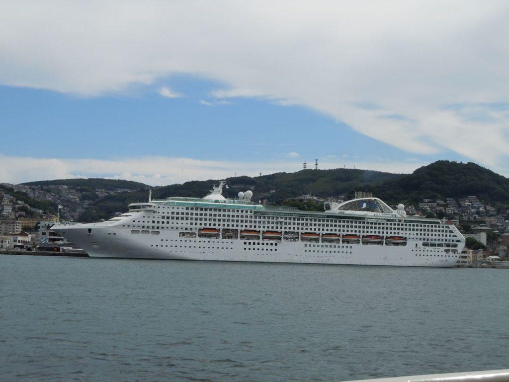 松が枝埠頭に停泊するクルーズ船