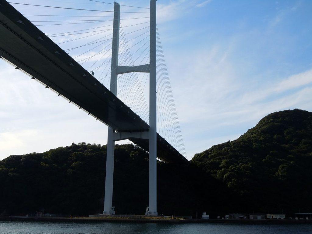 軍艦島クルーズで女神大橋を越えていく